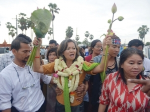CNRP lawmaker Mu Sochua celebrates with supporters following her release from a prison hours after political deadlock ended.  (Source: Khmer Times)
